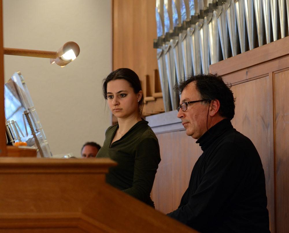 Andreas Liebig - Basler Münster Organist mit Assistentin beim Eröffnungskonzert